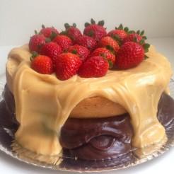Bolo de brownie branco com muitos morangos / Foto: Agatha Chocolates