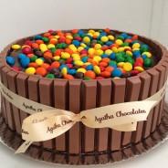 Bolo Kit Kat com M&Ms / Foto: Agatha Chocolates