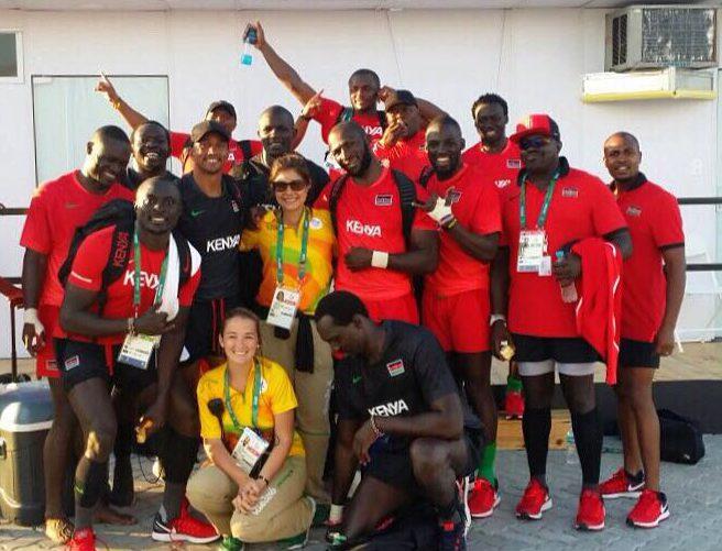 Luiza e Kenia, também gerente, com o time do Quênia